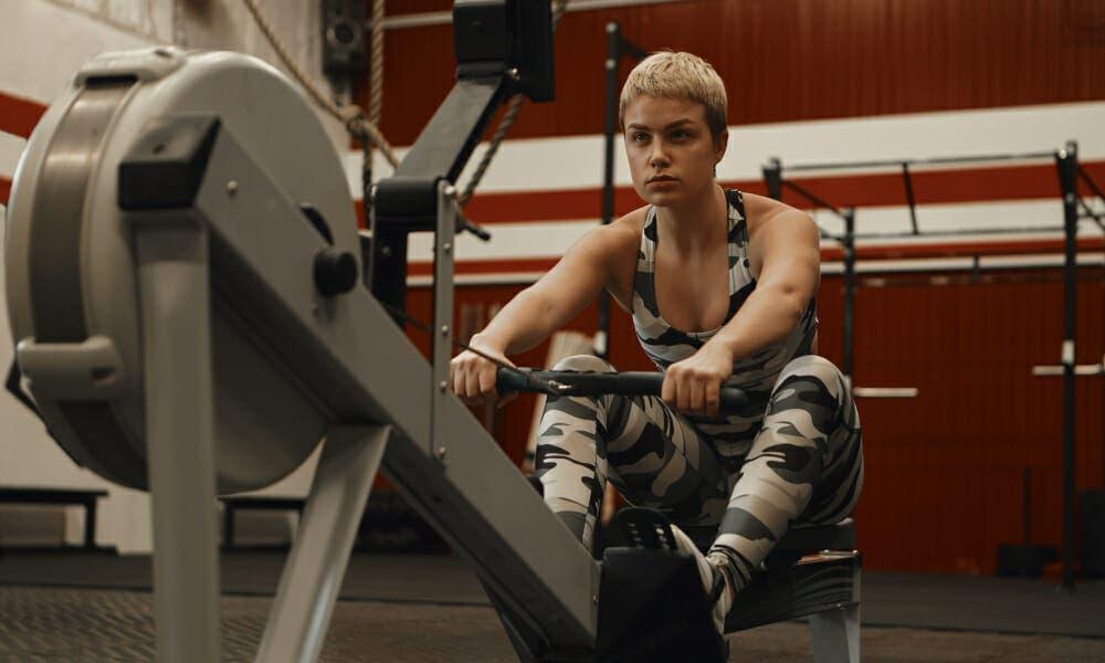 Mujer entrena hipertrofia