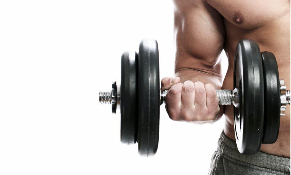 tonificar los bíceps en casa con mancuernas