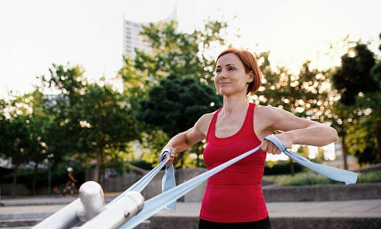 Mejores ejercicios con goma para tonificar bíceps