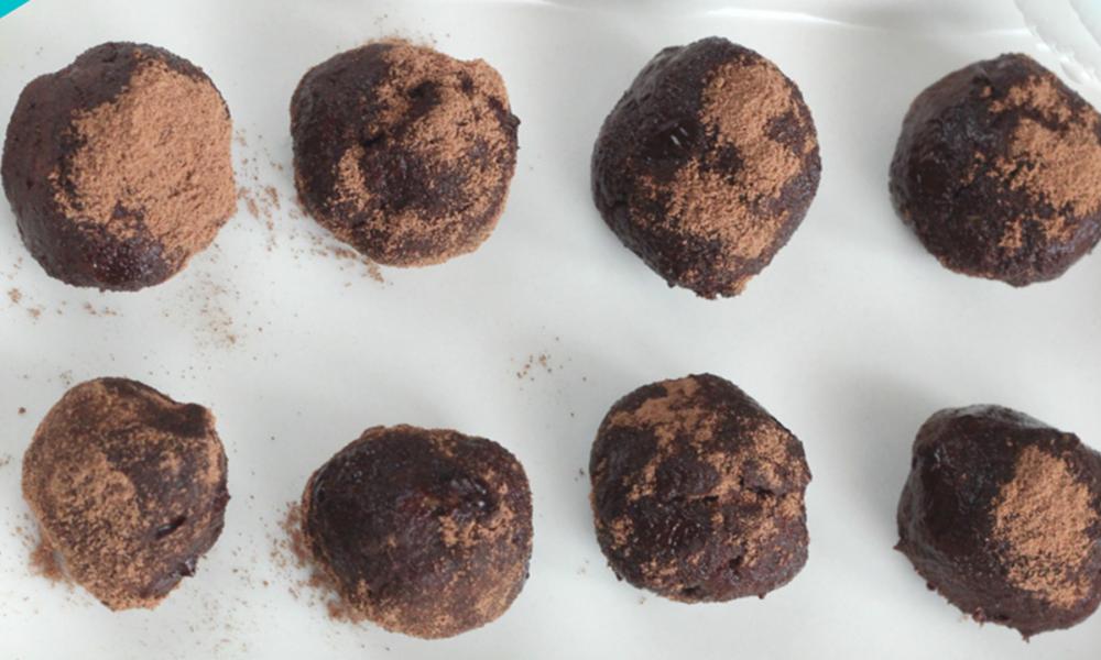 Trufas de chocolate y aguacate, una de las recetas sanas de postres