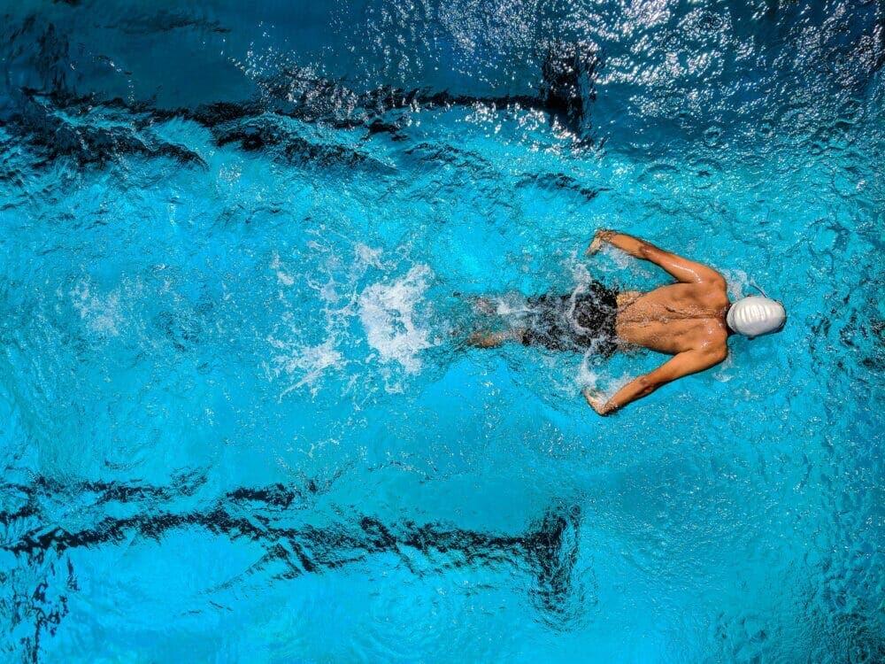 Nadar mantiene el corazón sano mientras te desestresas.