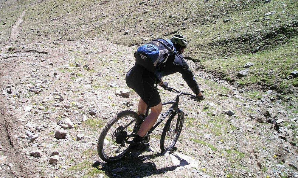 Controla los descensos para evitar derrapar y erosionar el suelo