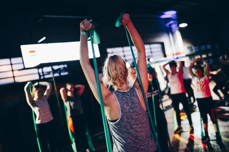 ejercicios con gomas para fortalecer piernas