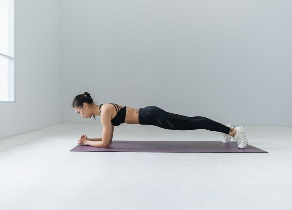 Plancha, una gran alternativa para la gimnasia en casa para principiantes
