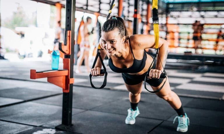 Flexiones con TRX para ejercitar todo el cuerpo