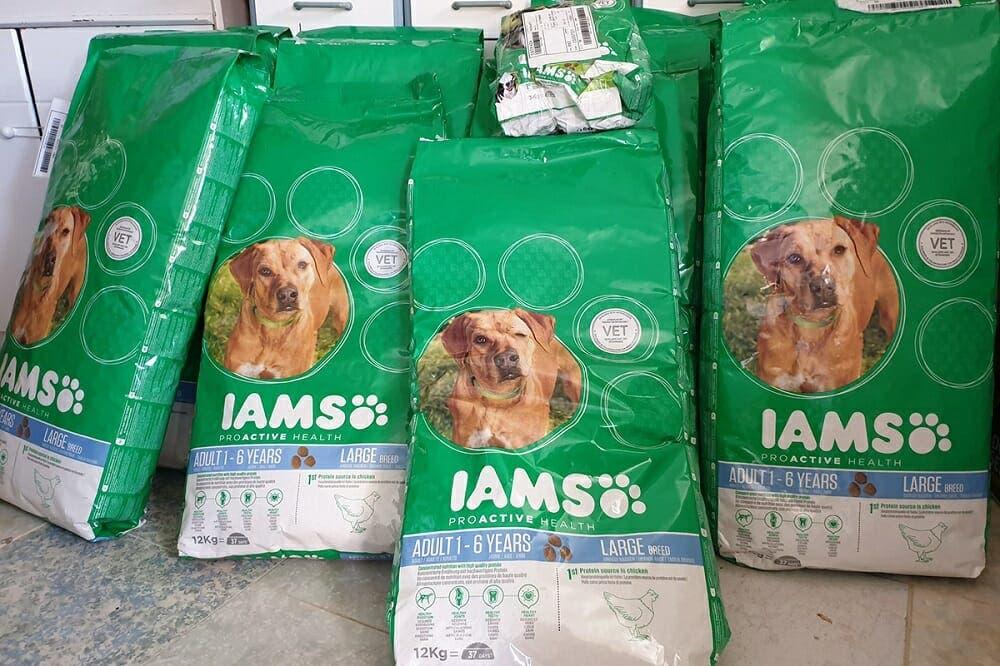 Mancuernas con bolsa de comida para perros