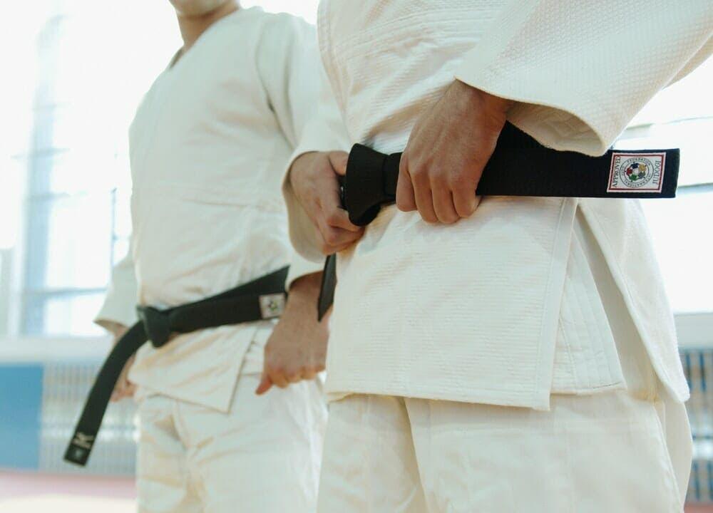 Dentro de los cinturones de kárate el negro representa mayor jerarquía