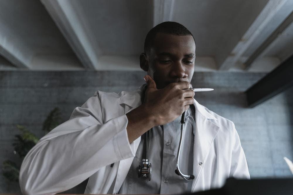 Médico investigando cáncer