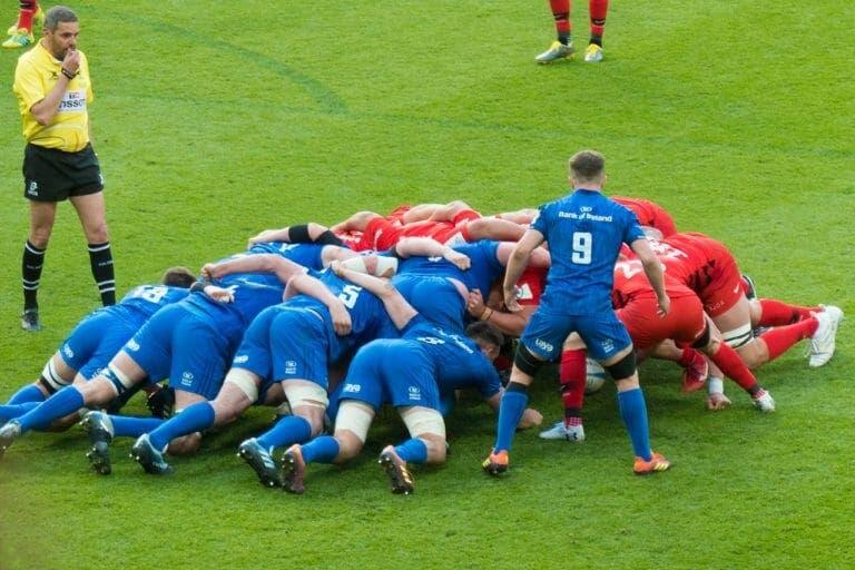 La melé en rugby se forma cuando los jugadores cometen una infracción